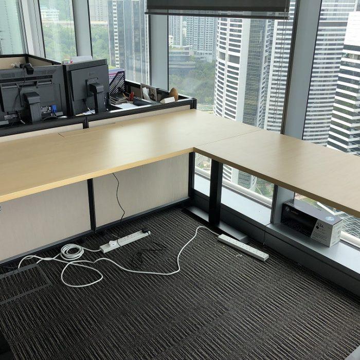 投行內的L形電動升降桌